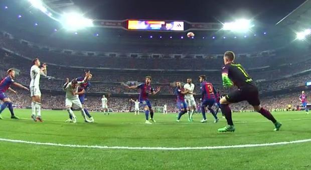 El árbitro perjudicó más al Madrid: dos penaltis birlados y rojas perdonadas a Umtiti y Casemiro