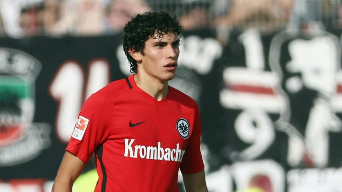 Jesús Vallejo durante un partido con el Eintracht. (Twitter)