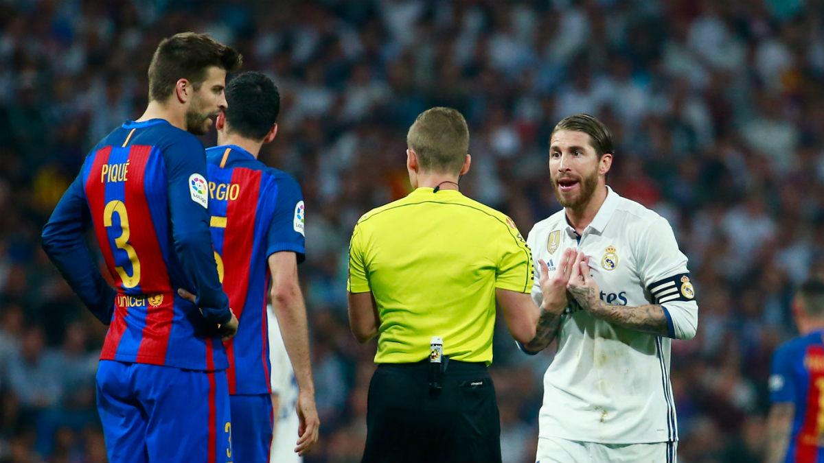 Sergio Ramos protesta su expulsión al árbitro. (Getty)