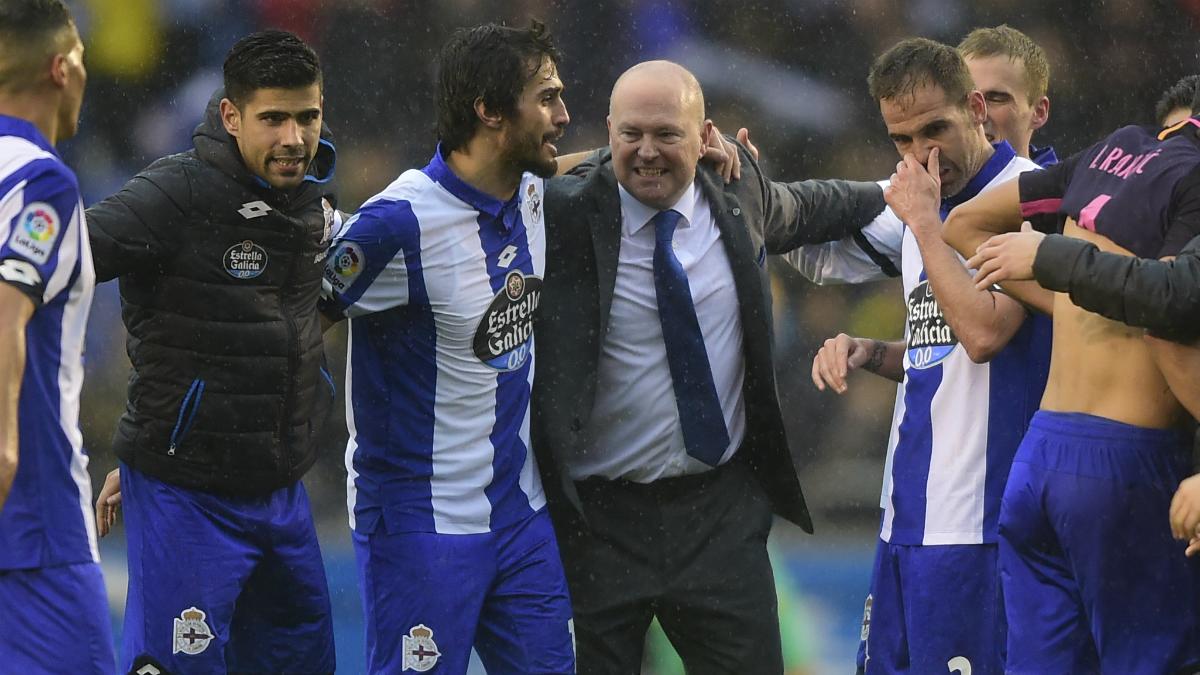 Pepe Mel celebra la victoria ante el Barcelona rodeado de sus jugadores, como el exmadridista Juanfran. (AFP)