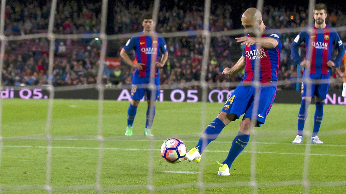 Momento del penalti de Mascherano con Piqué detrás. (EFE)