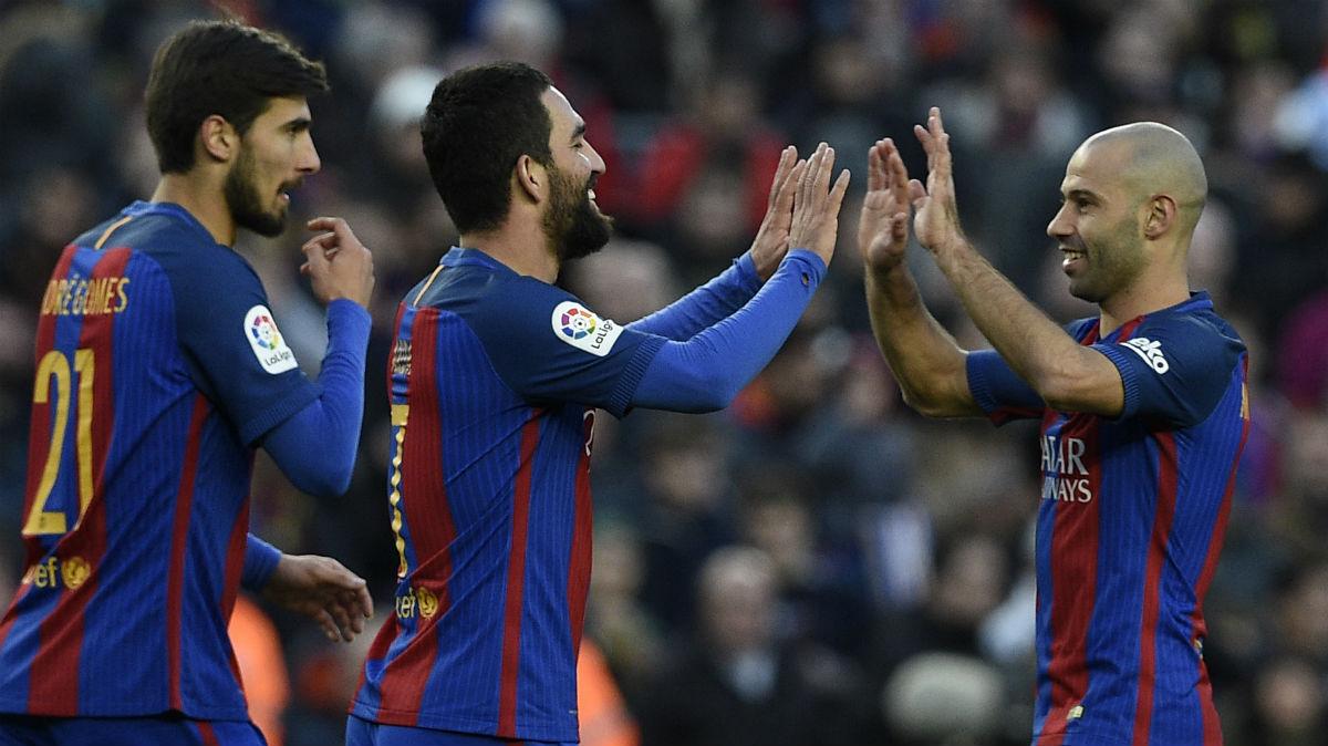 Mascherano celebra un gol con Arda y André Gomes. (AFP)