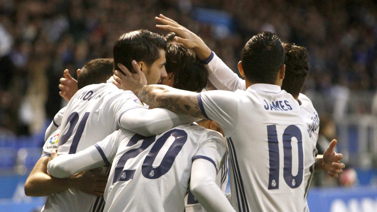 Los jugadores del Real Madrid celebran un gol ante el Deportivo. (EFE)