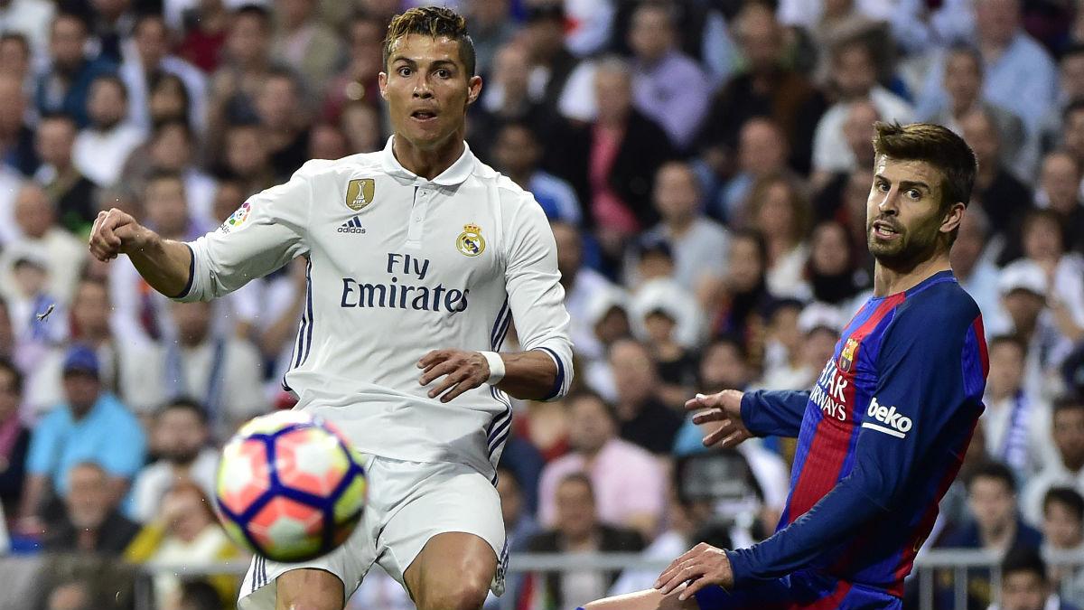 Cristiano y Piqué durante un partido. (AFP)