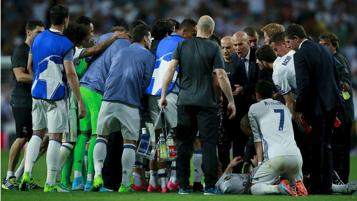Zidane da indicaciones antes de que el Real Madrid comience la prórroga ante el Bayern. (Getty)