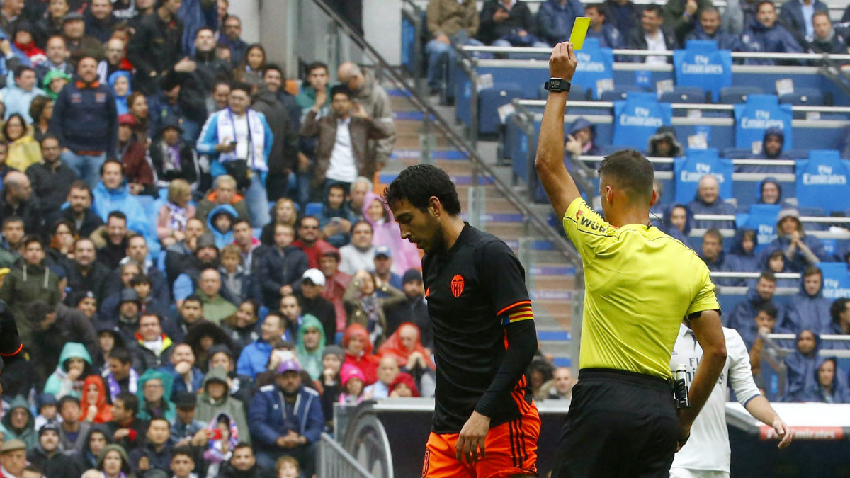 Dani Parejo es amonestado tras aplicarse con dureza en un lance del juego. (EFE)