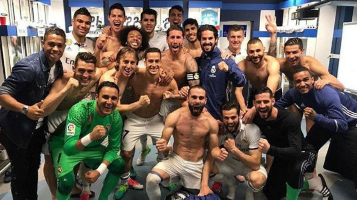 La plantilla del Real Madrid se fotografía en el vestuario tras ganar al Valencia. (Twitter)