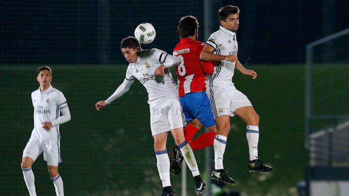Valverde y Enzo disputan un balón en el partido contra el Navalcarnero en Valdebebas.