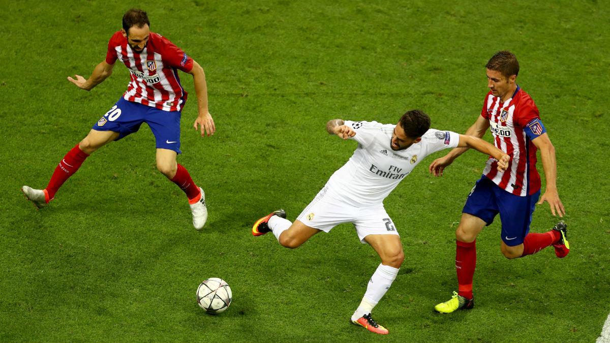 Isco controla el balón ante Gabi y Juanfran. (Getty)