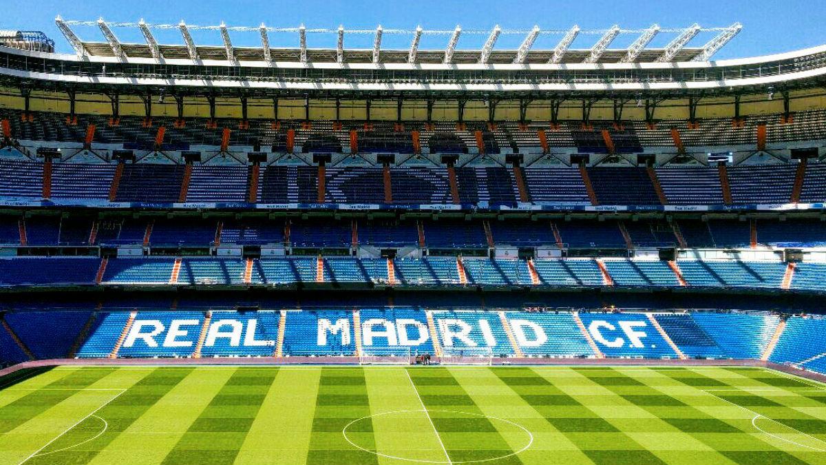 Mosáico que lucirá en el Santiago Bernabéu antes del derbi. (Twitter)