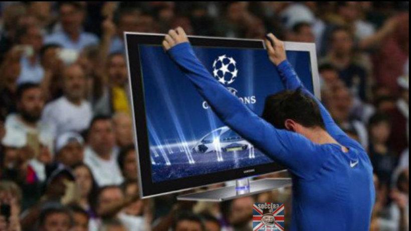 Leo Messi sostiene una televisión ante la afición del Santiago Bernabéu.