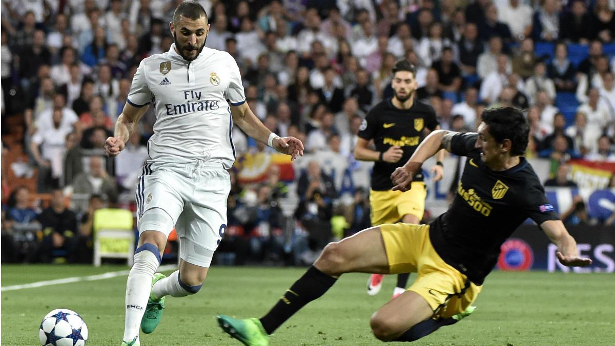 Karim Benzema intenta marcharse de Savic. (AFP)