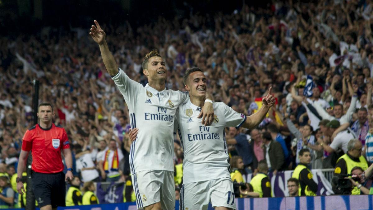Cristiano Ronaldo celebra su tercer gol junto a Lucas Vázquez. (AFP)