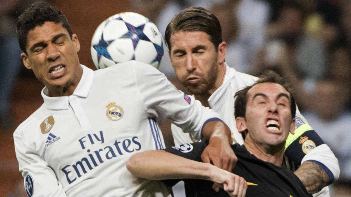 Varane pela junto a Sergio Ramos por un balón. (EFE)