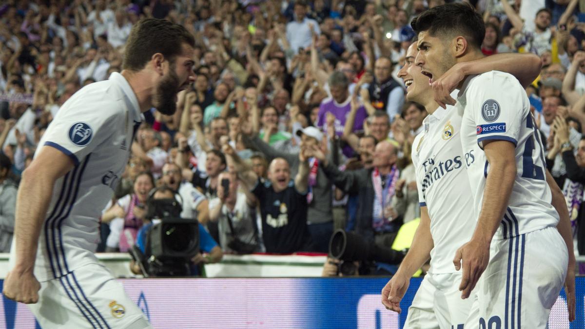 Nacho y Asensio celebran un gol con Lucas de fondo. (AFP)