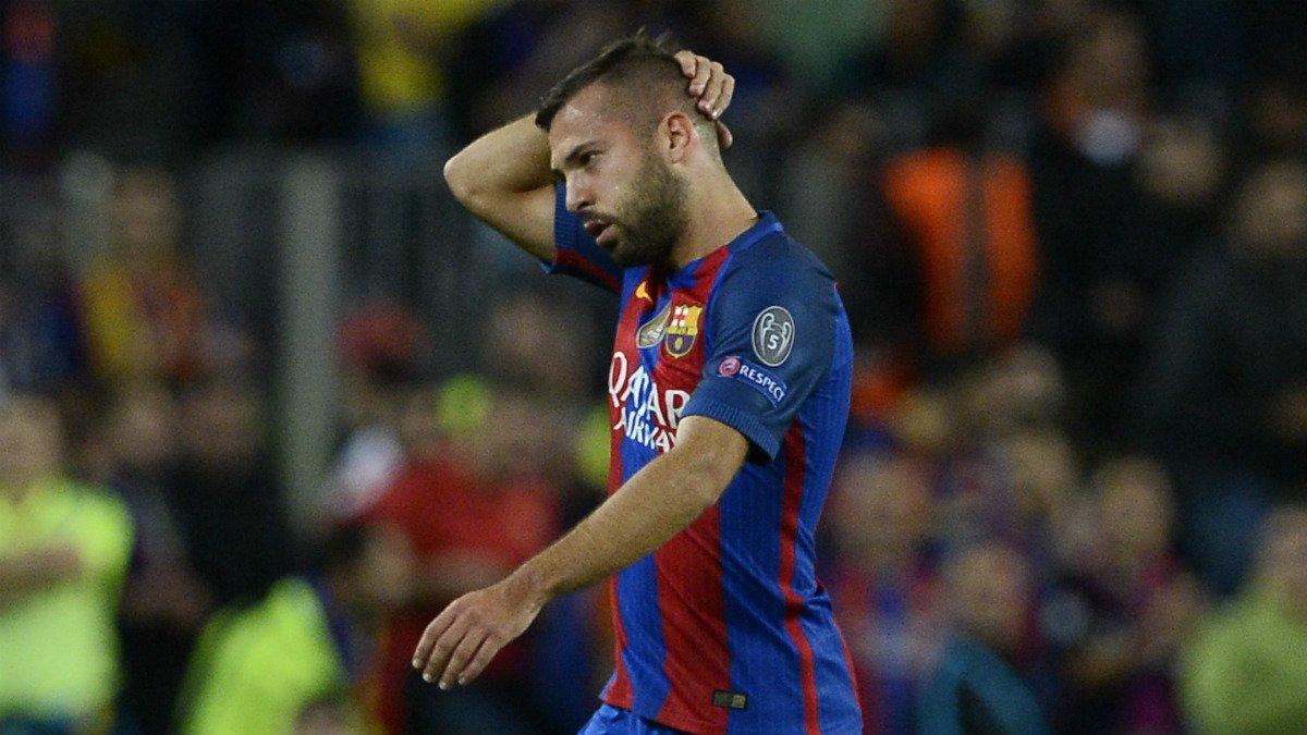 Jordi Alba, pensativo tras ser sustituido en un partido. (AFP)