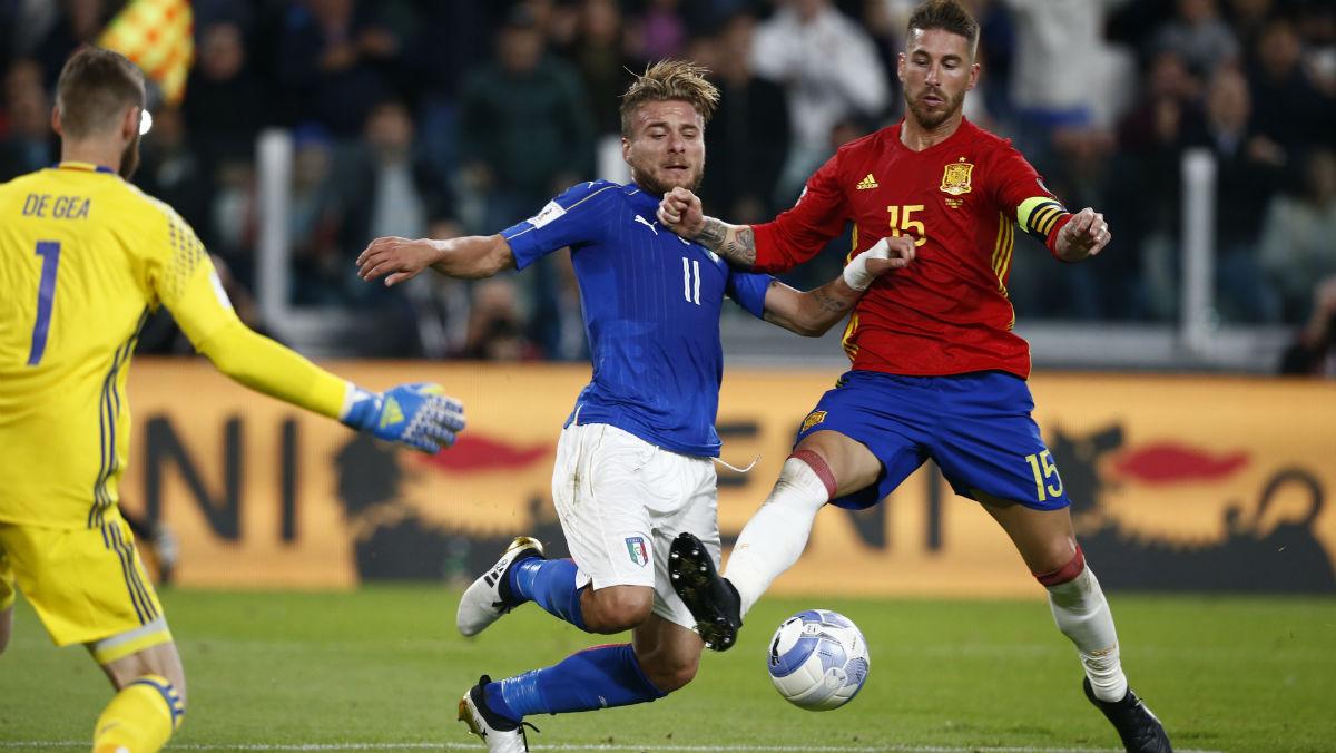 Sergio Ramos disputa un balón ante Italia. (AFP)