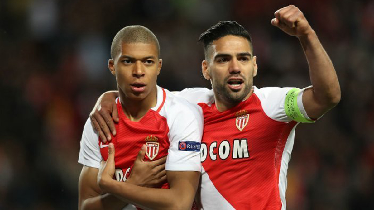 Mbappé y Falcao celebran un gol ante el Dortmund en Champions (AFP).