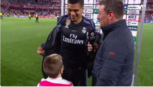 Gran gesto de Casemiro con un niño del Granada. (Movistar+)