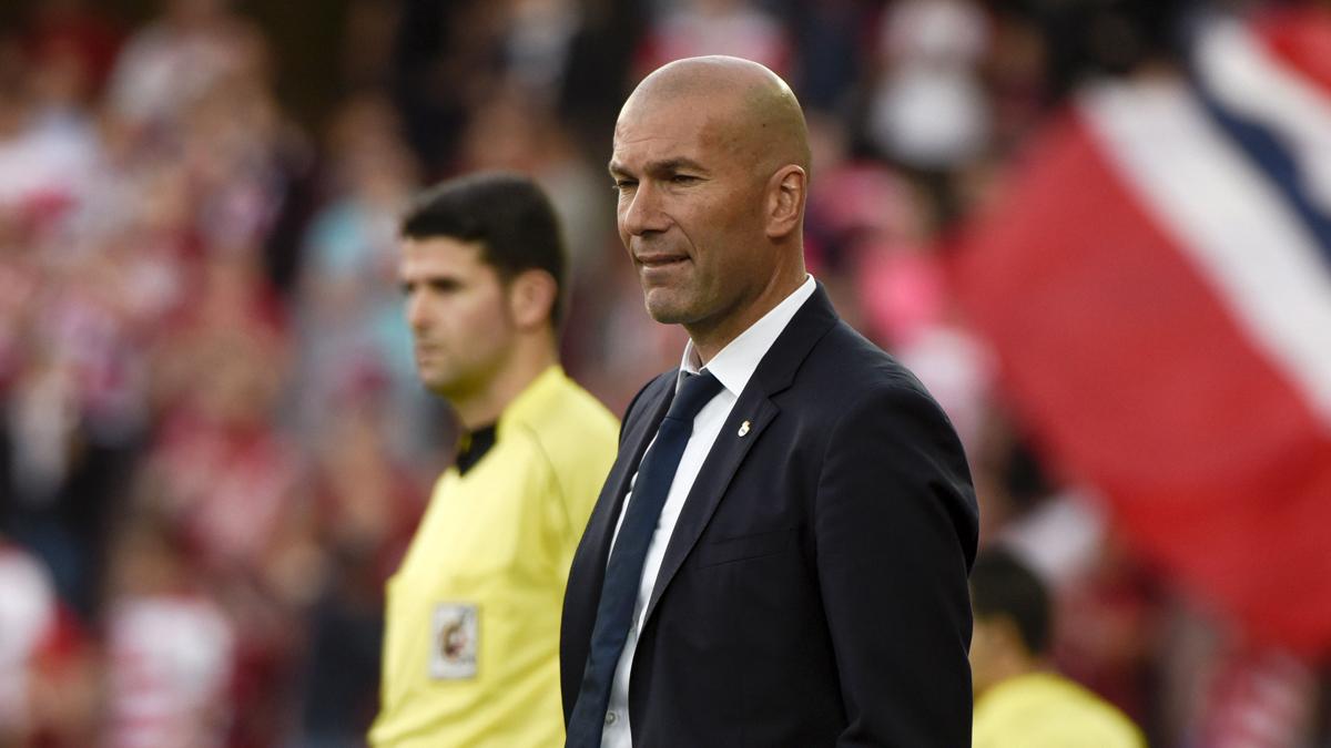 Zidane, en Los Cármenes atento al encuentro.