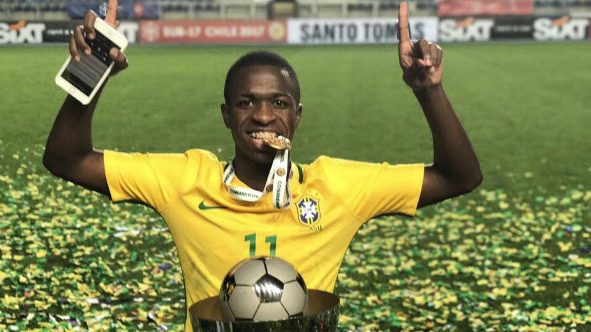 Vinicius Junior celebra un título con Brasil. (Twitter)