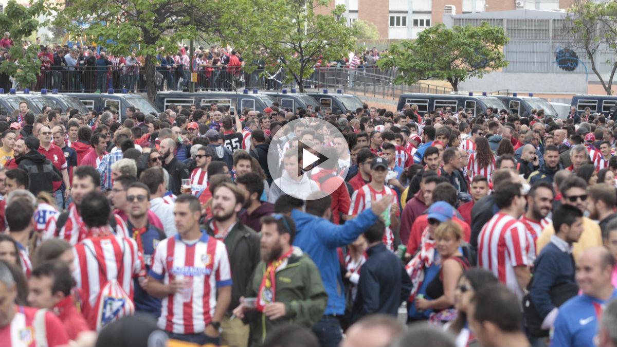 La afición del Atlético en la previa del derbi. (Francisco Toledo)