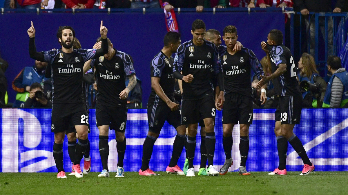 Los jugadores del Real Madrid celebran el gol de Isco. (AFP)