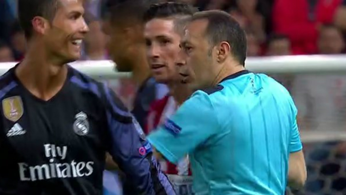 Çakir separa a Cristiano y Torres tras su discusión.