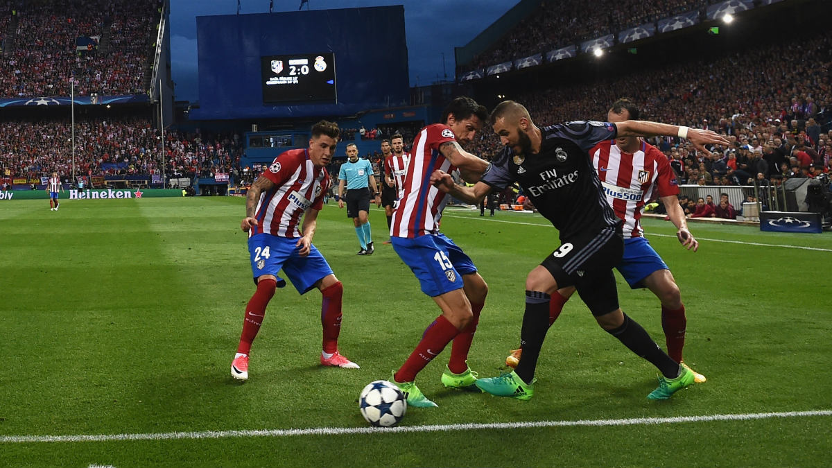 Benzema dribla a Savic, Godín y Giménez. (Getty)
