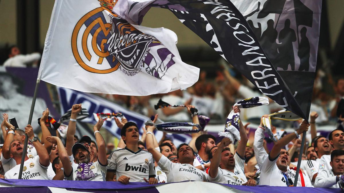 La afición del real Madrid, animando en la ida de semifinales de Champions ante el Atlético.