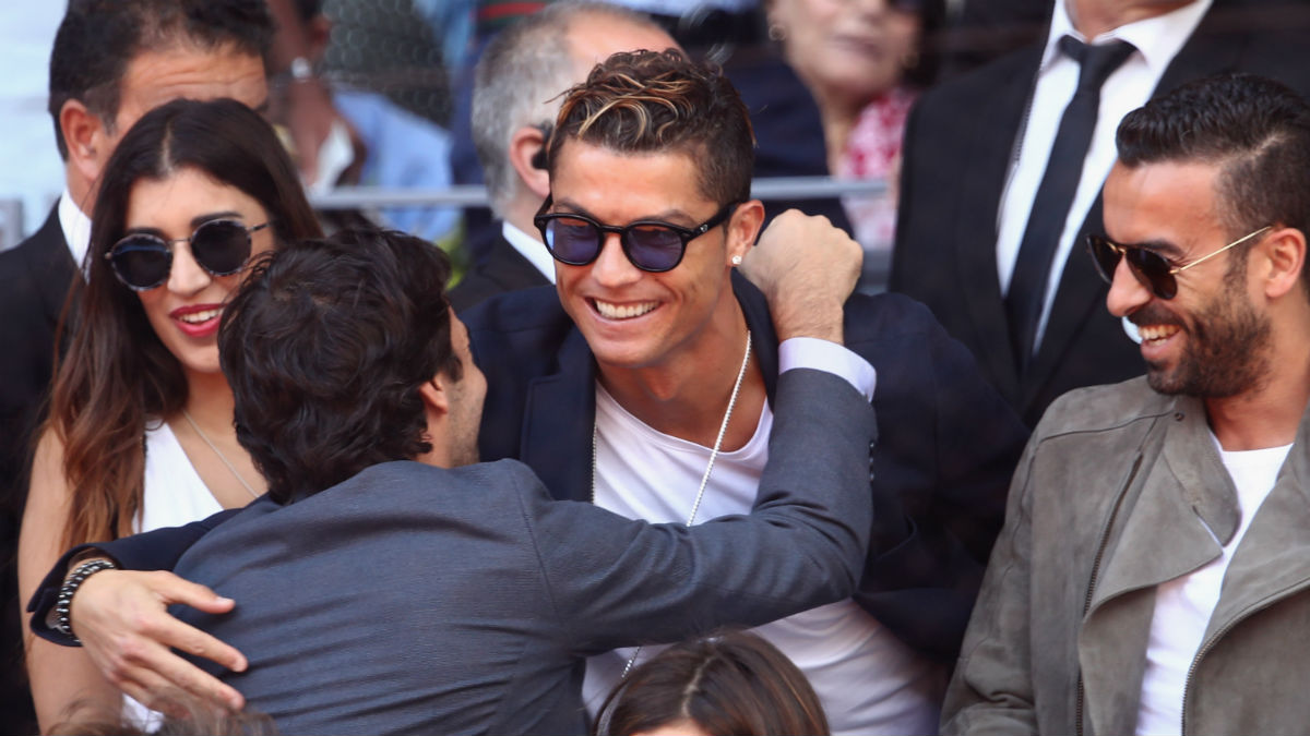 Cristiano y Raúl se saludan durante el Mutua Madrid Open. (Getty)