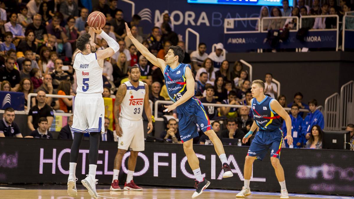 Rudy Fernández, lanzando un triple durante el partido.