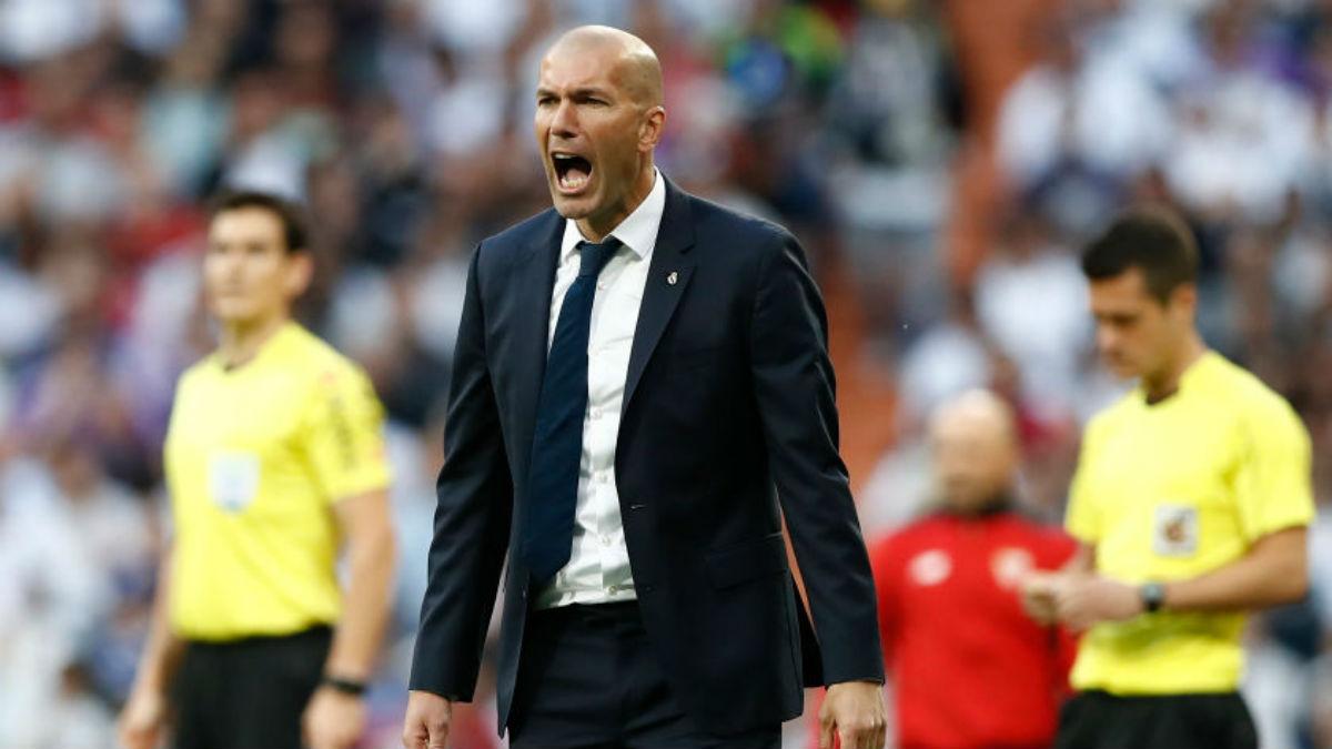 Zinedine Zidane da órdenes a los suyos durante un partido. (Getty).