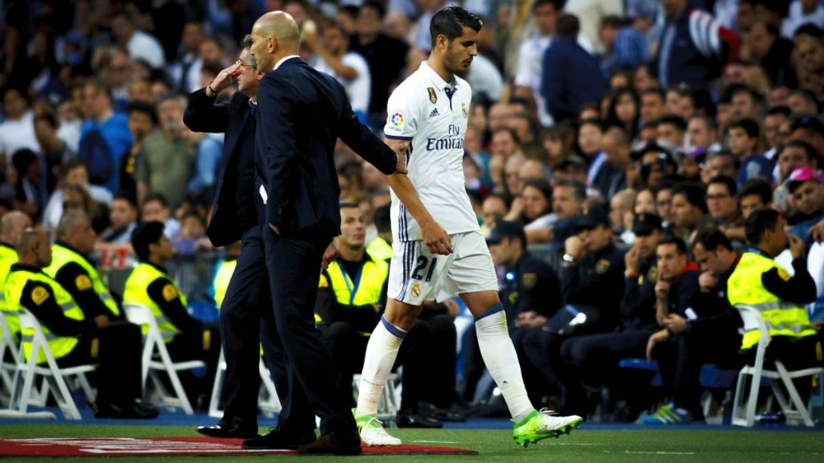 Morata no saluda a Zidane cuando éste le tiende la mano. (Getty Images)