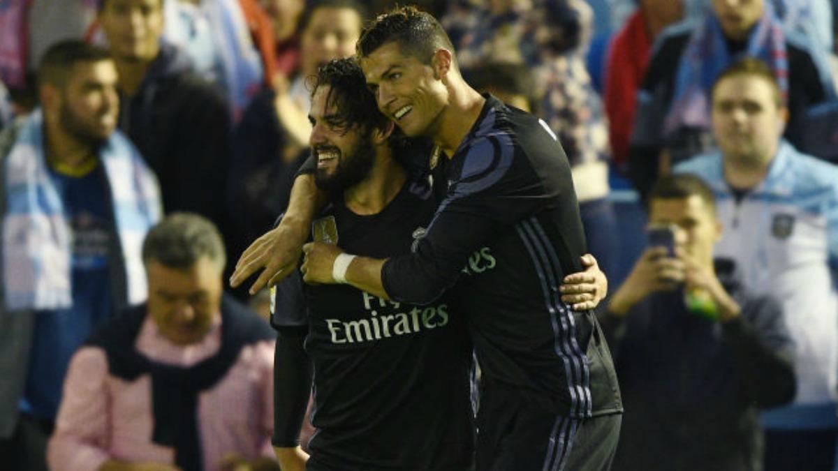 Cristiano abraza a Isco tras su asistencia en Balaídos. (Getty Images)