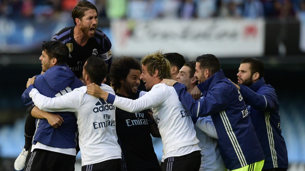 Los jugadores del Real Madrid celebran el primer tanto de Cristiano. (AFP)