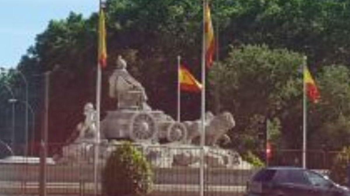 La Cibeles ya está vallada por si llega el alirón del Madrid.