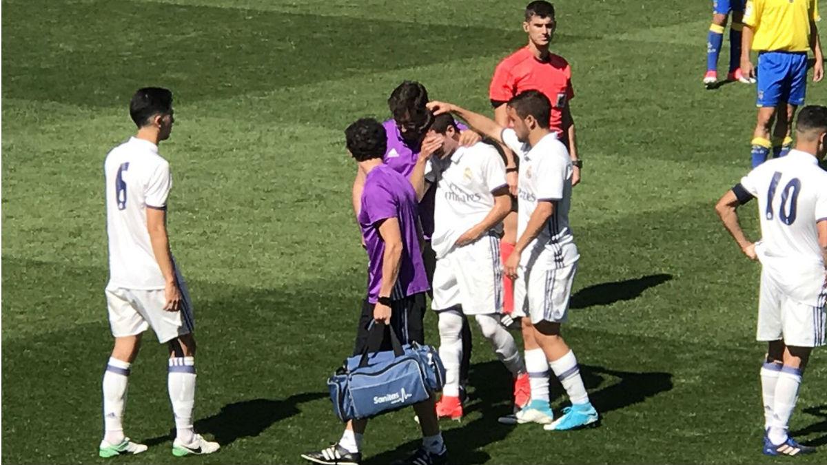 Fran García abandona el campo llorando tras lesionarse del hombro.