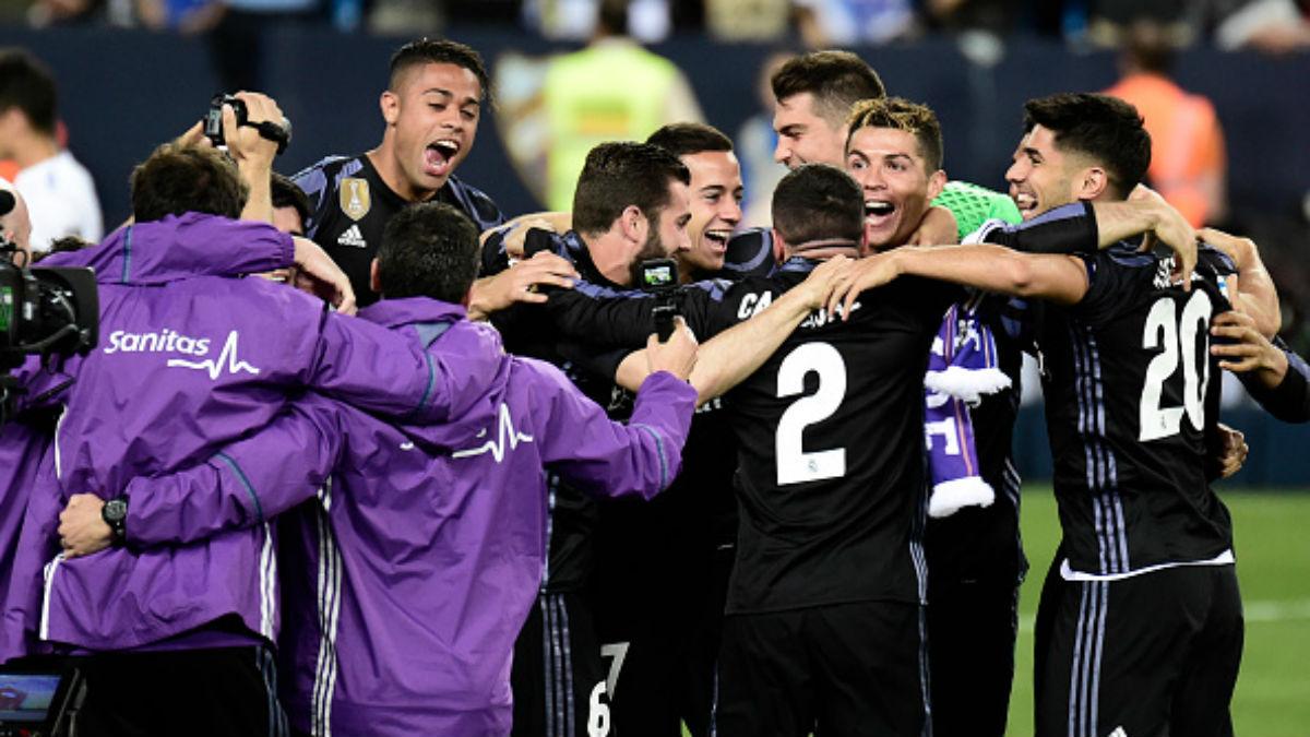 Los jugadores del Real Madrid celebran el título en el césped de La Rosaleda (AFP).