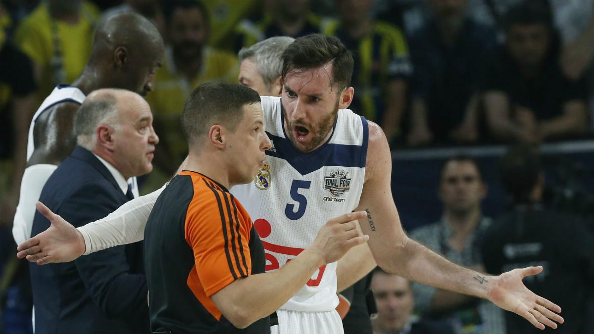 Rudy Fernández habla con los árbitros en la Final Four de la Euroliga. (AFP)