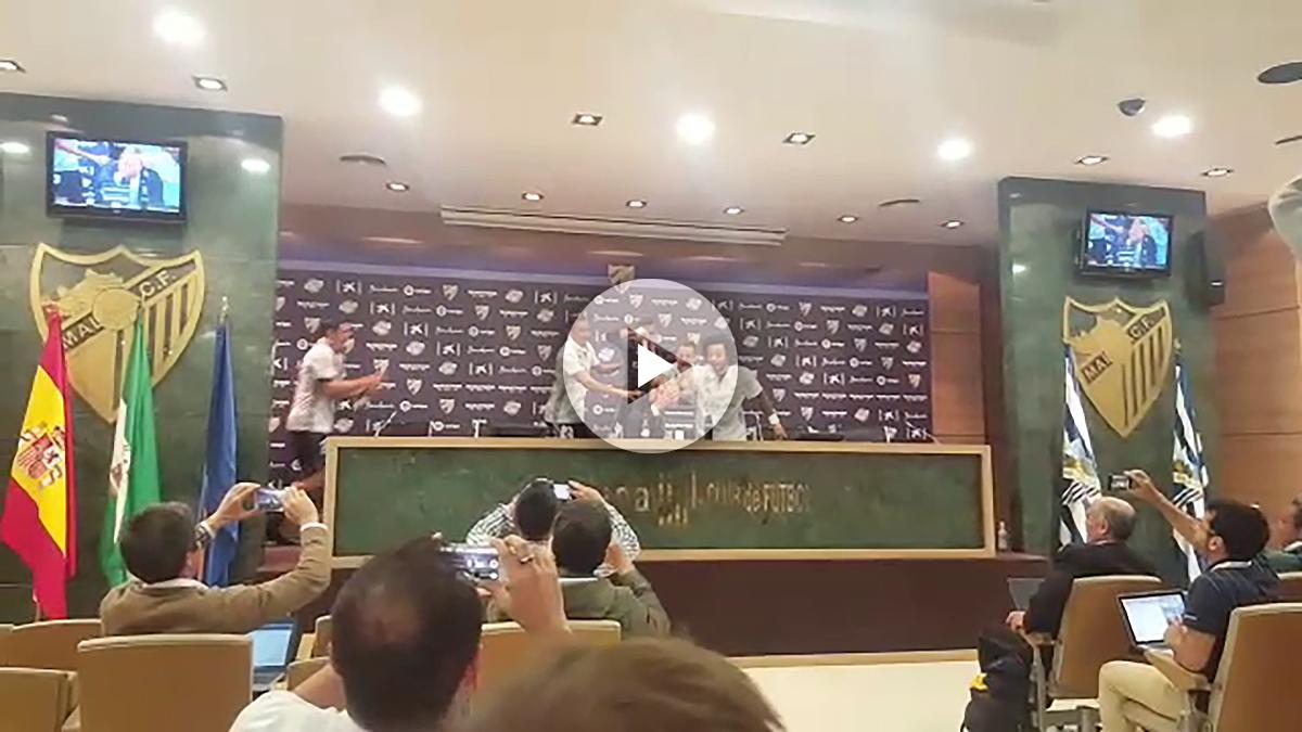 Los jugadores bañaron a Zidane… ¡en plena rueda de prensa!