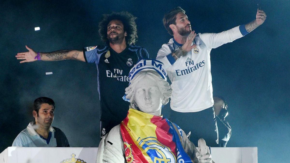 Ramos y Marcelo celebran la Liga en Cibeles. (EFE)