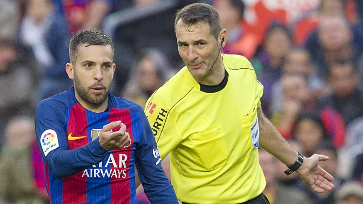Clos Gómez bromea con Jordi Alba durante un partido.