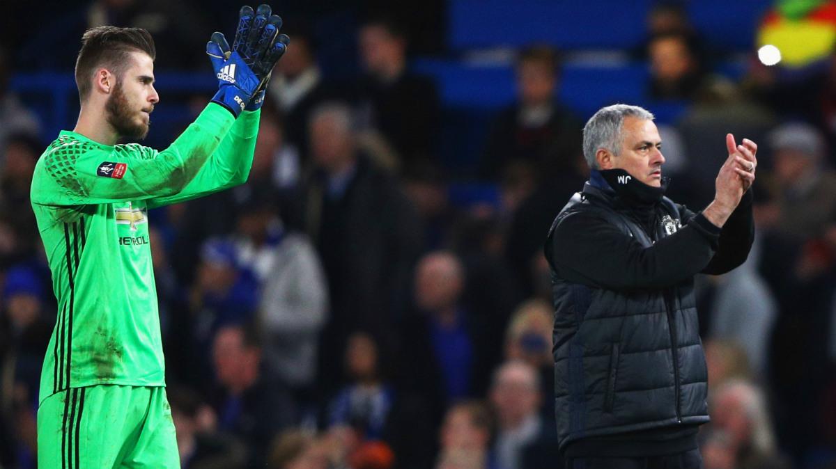 Mourinho y De Gea saludan a su afición. (AFP)