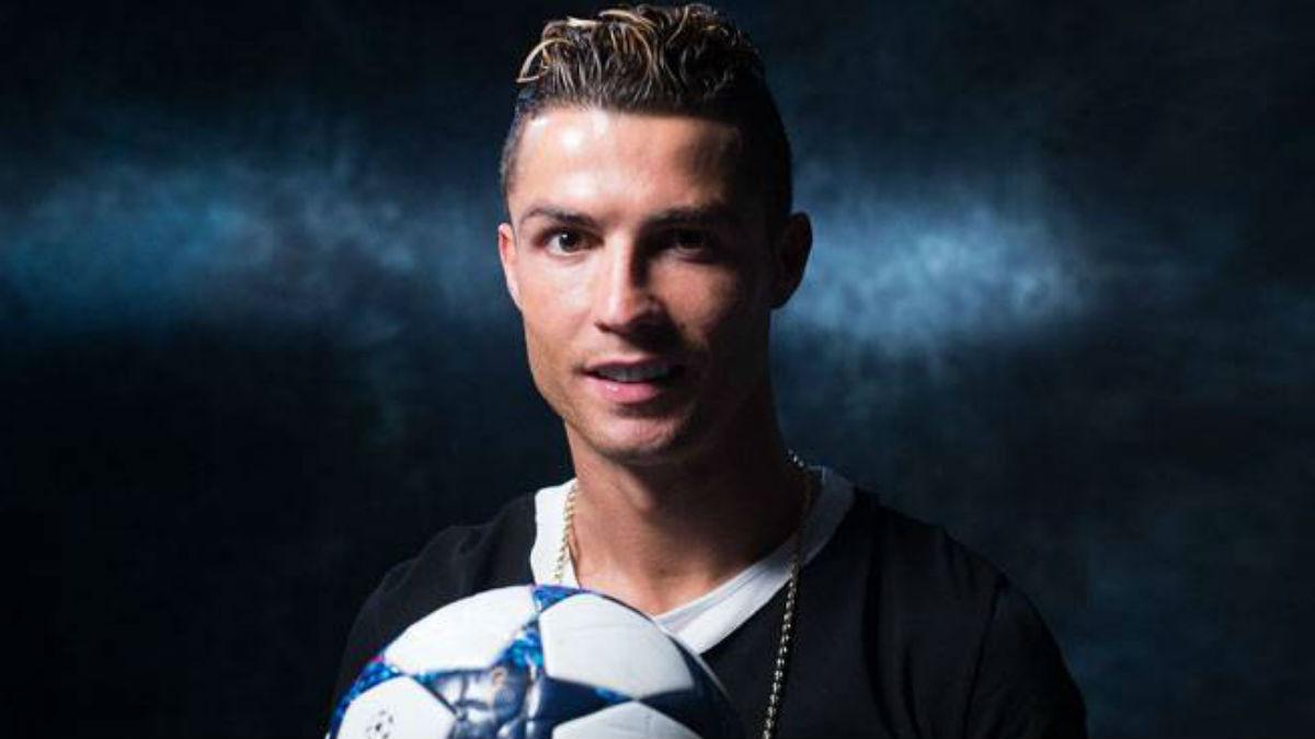 Cristiano Ronaldo posa con el balón de la Champions. (Realmadrid.com)