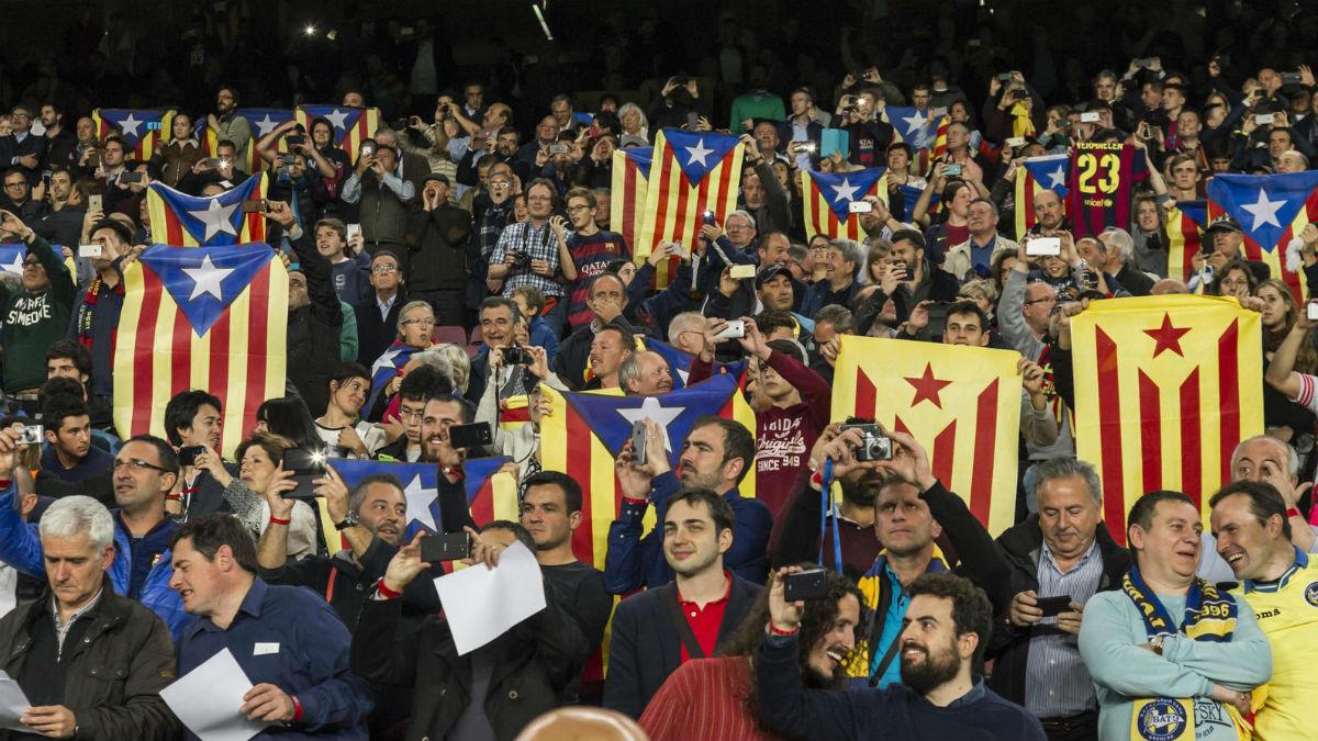 Los aficionados del Barcelona mostrando esteladas.