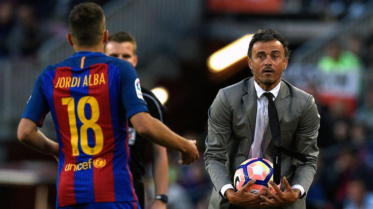 Jordi Alba y Luis Enrique en un partido del Barcelona. (AFP)