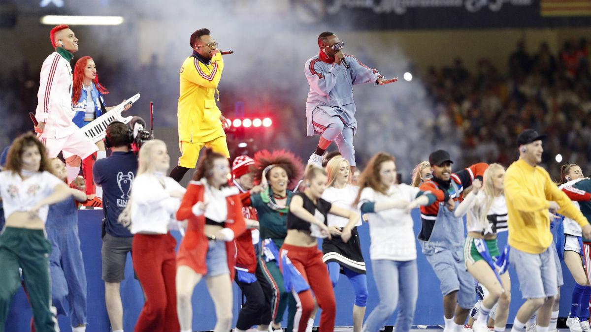 La actuación de los Black Eyes Peas deleitó al público de Cardiff. (AFP)