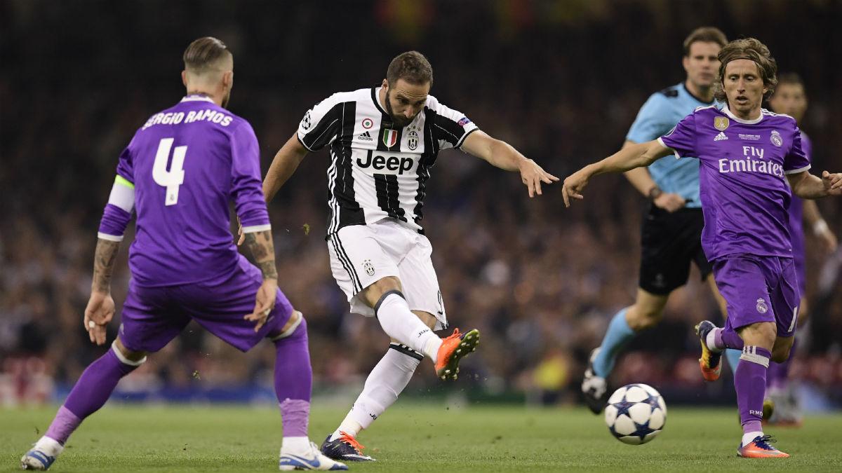 Higuaín dispara ante Sergio Ramos y Modric. (AFP)