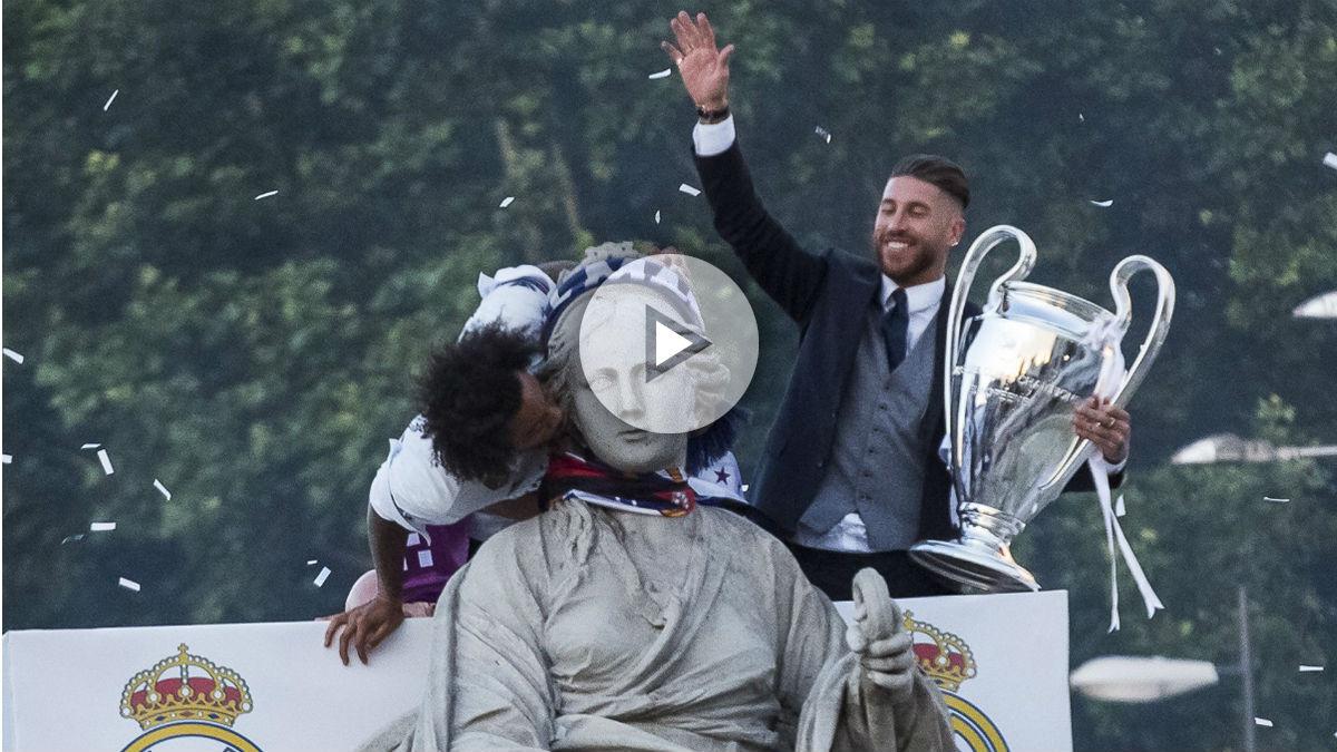Ramos y Marcelo coronan a la Cibeles. (AFP)